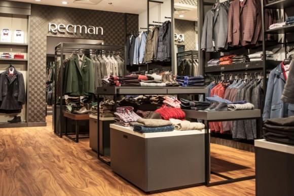 Shopping  Moda męska w otoczeniu inspirowanym kortem tenisowym