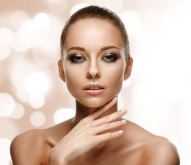 Triumf naturalnej świeżości i zmysłowej kobiecości w makijażu Golden Rose (wiosna – lato 2015)