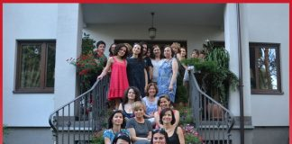 Licznie przybywające dziennikarki z trudem mieszczą się na schodach prowadzących do ogrodu naszego Klubu. W pierwszym rzędzie Monika Iskandar, prezes Hajoty Press Club i red. Alicja Paćko z wydawnictwa Bauer