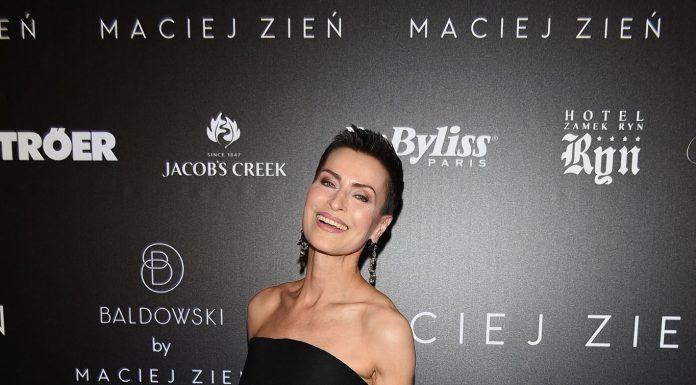 Danuta Stenka w kreacji Macieja Zienia z bogato zdobioną torebką zapowiadającą kolekcję sygnowaną nazwiskiem projektanta